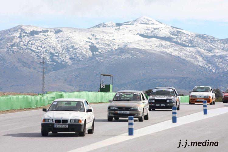 Vehículos y montaña nevada