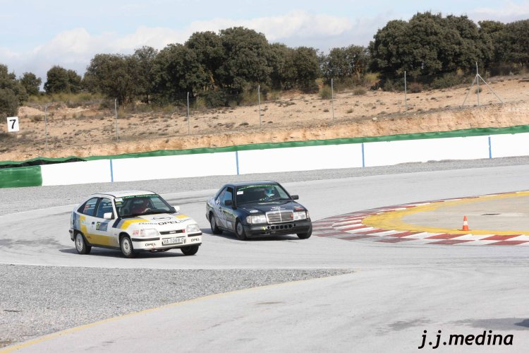 Mercedes 300 CE y Opel Astra Gsi