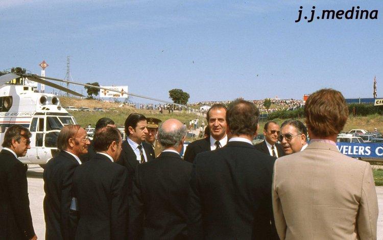 Juan Carlos I saludando autoridades