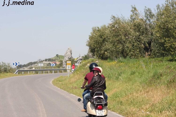 Joven en Vespa 200
