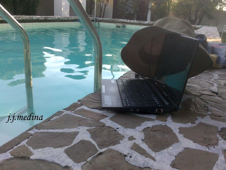 Ordenador y piscina