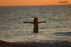 Foto 13 Niña en la playa al amanecer