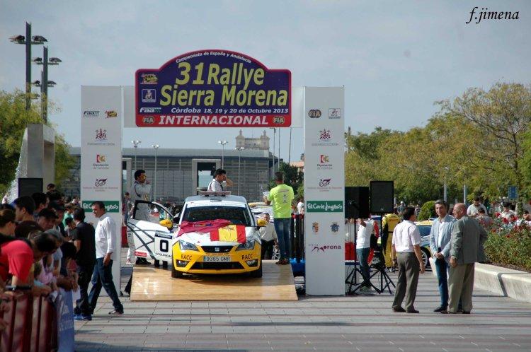 Coche cero en el podium Posium y coche cero copia