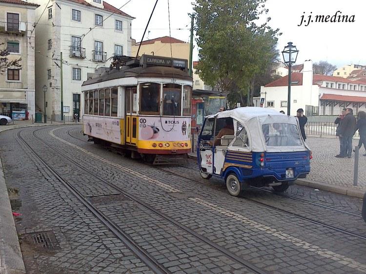 Tranvía antiguo y Tuk-Tuk