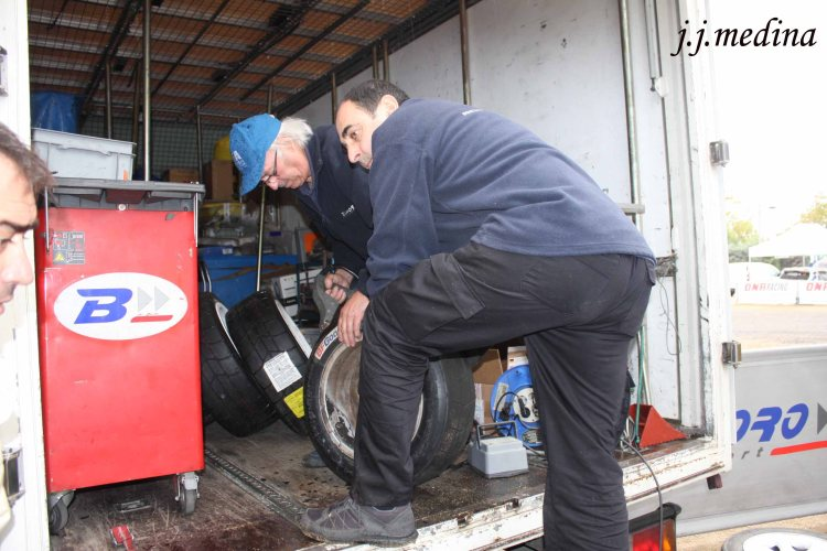 Baporo tallando neumáticos