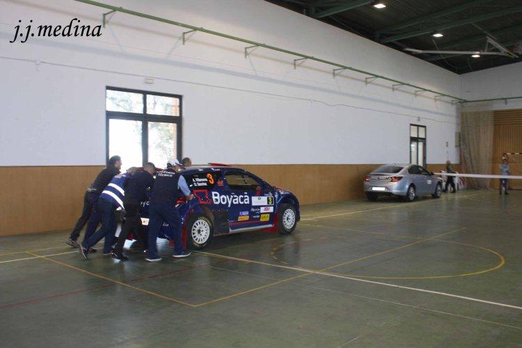 3 Técnicos empujando coche copia